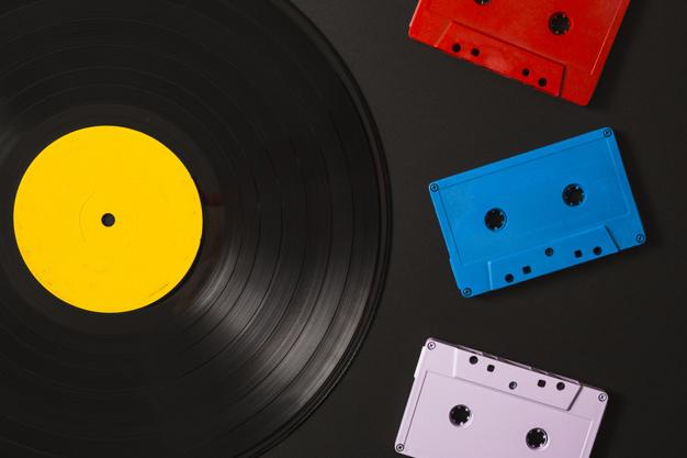 trois-cassettes-disque-vinyle-fond-noir_23-2147889880